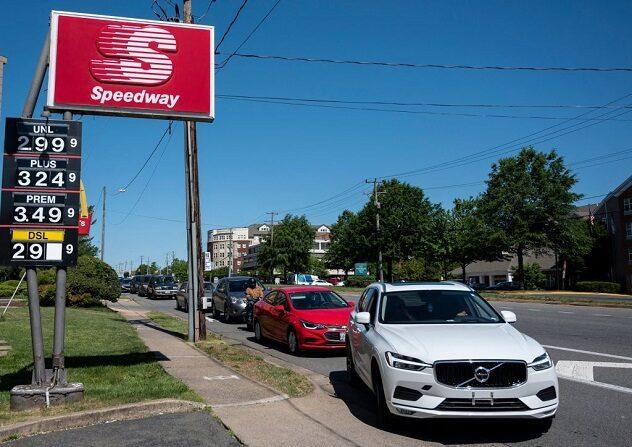 Los automovilistas hacen fila para obtener combustible en una de las pocas gasolineras que aún tienen combustible en Arlington, Virgina, el 13 de mayo de 2021. (ANDREW CABALLERO-REYNOLDS/AFP vía Getty Images)