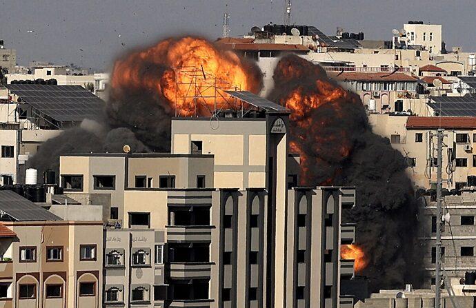Una imagen muestra la explosión tras un ataque israelí dirigido a un edificio en la ciudad de Gaza el 14 de mayo de 2021. (Mahmud Hams/AFP vía Getty Images)