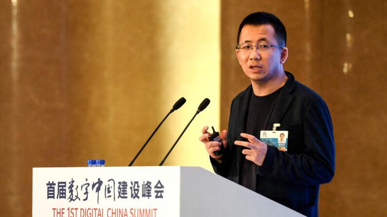 Esta foto tomada el 23 de abril de 2018 muestra al CEO de Bytedance, Zhang Yiming, hablando durante la 1ª Cumbre Digital de China en Fuzhou, en la provincia oriental china de Fujian. (Foto de STR/AFP a través de Getty Images)