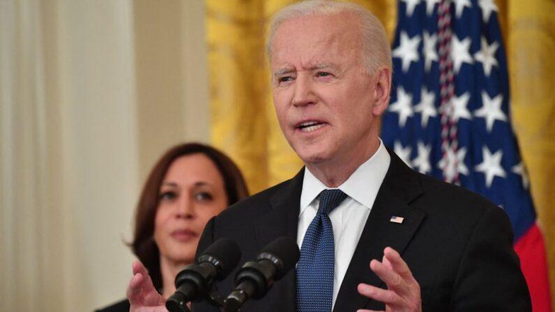La vicepresidente, Kamala Harris, escucha mientras el presidente de EE.UU., Joe Biden, promulga una ley en la Sala Este de la Casa Blanca, en Washington, D.C., el 20 de mayo de 2021. (NICHOLAS KAMM/AFP a través de Getty Images)