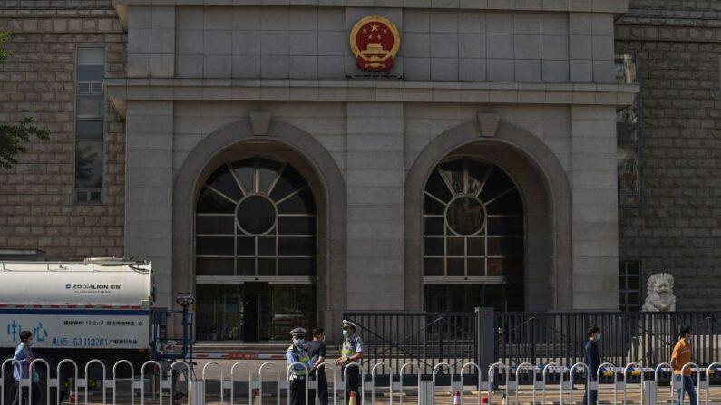 Agentes de policía en el exterior del Segundo Tribunal Popular Intermedio de Beijing antes del juicio contra el académico australiano Yang Jun, también conocido como Yang Hengjun, por cargos de espionaje, en Beijing (China), el 27 de mayo de 2021. (Nicolas Asfouri/ AFP vía Getty Images)