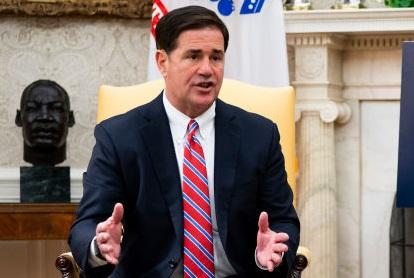 Arizona: Gobernador firma ley de reforma electoral de requisitos para estar en lista de voto anticipado