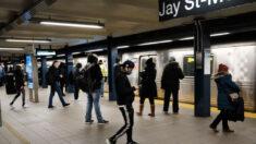 El metro de Nueva York recupera su servicio de 24 horas tras un año de parón por pandemia