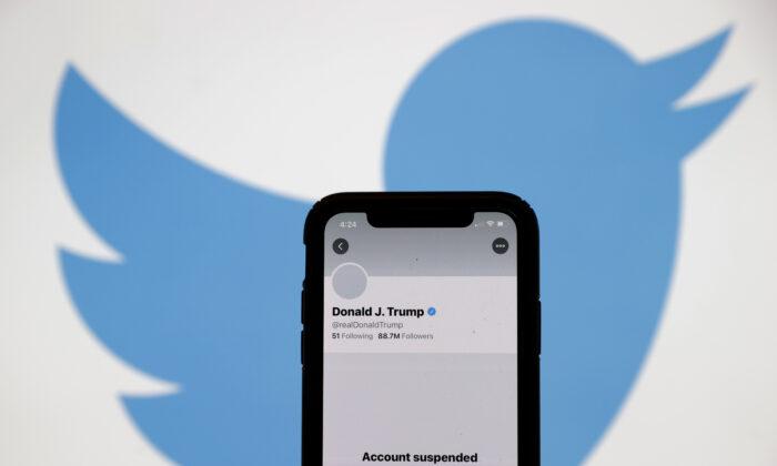 La cuenta de Twitter del presidente de Estados Unidos, Donald Trump, aparece suspendida en la pantalla de un iPhone el 08 de enero de 2021. (Justin Sullivan/Getty Images)