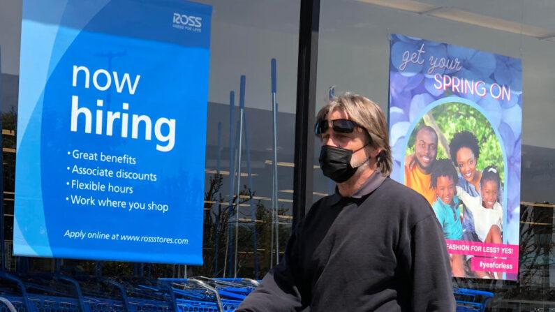 Un peatón camina junto a un cartel de contratación en la tienda Ross Dress For Less el 02 de abril de 2021 en San Rafael, California. (Justin Sullivan/Getty Images)