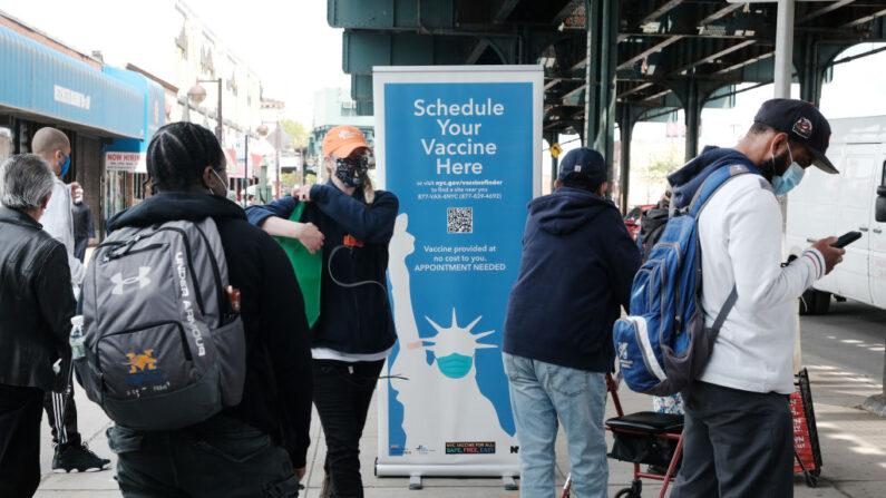 Un centro de vacunación ofrece sus servicios en el Bronx, el 07 de mayo de 2021, en la ciudad de Nueva York. (Spencer Platt/Getty Images)