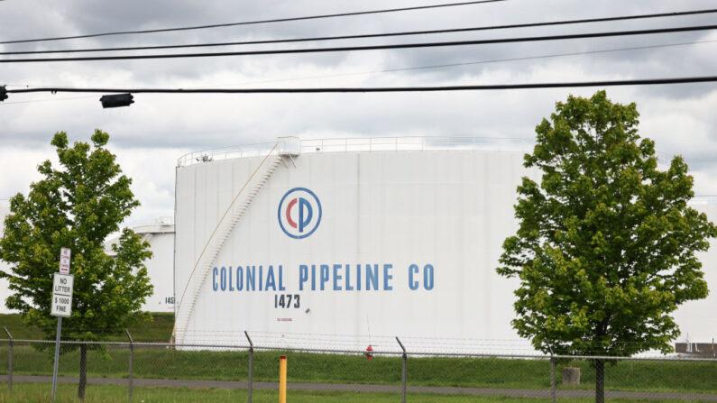 Tanques de almacenamiento de combustible en la reserva de tanques de Linden Junction, de la empresa Colonial Pipeline, el 10 de mayo de 2021, en Woodbridge. (Michael M. Santiago/Getty Images)