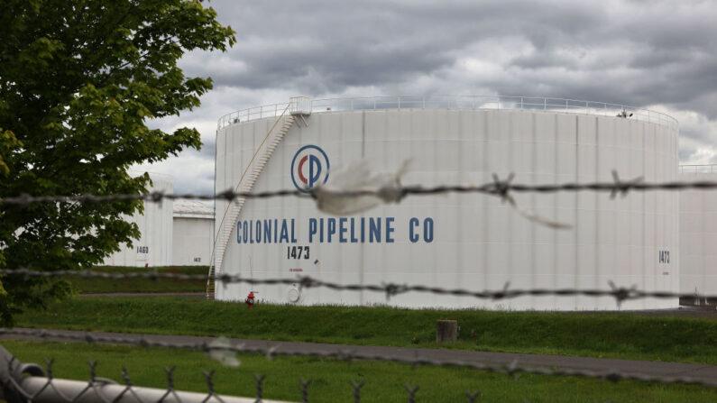 Los tanques de almacenamiento de combustible se ven en Linden Junction Tank Farm de Colonial Pipeline el 10 de mayo de 2021 en Woodbridge, Nueva Jersey. (Michael M. Santiago/Getty Images)