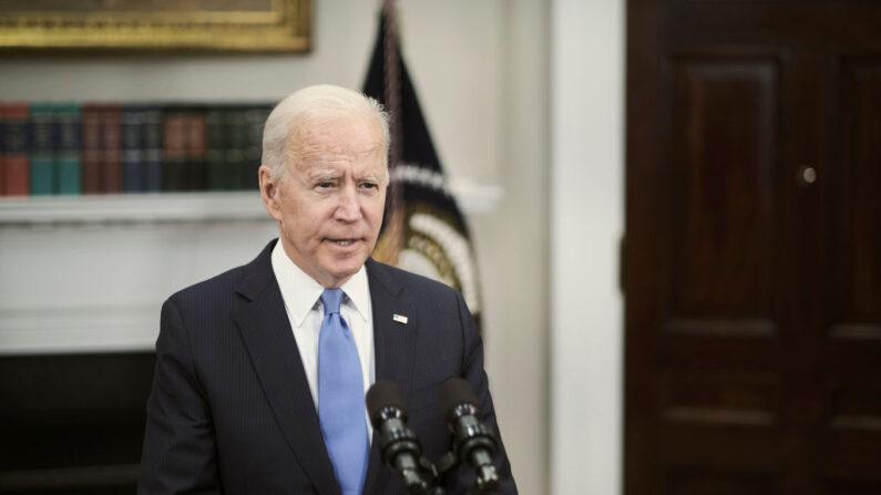El presidente de los Estados Unidos, Joe Biden, se pronuncia sobre el incidente del Colonial Pipeline en la Sala Roosevelt de la Casa Blanca el 13 de mayo de 2021 en Washington, D.C. (T.J. Kirkpatrick-Pool/Getty Images)