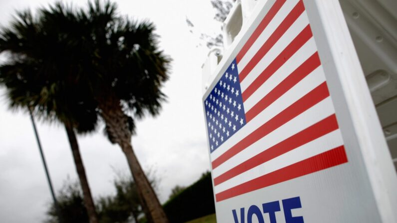 Un letrero les avisa a los votantes que pueden emitir su voto anticipado para las elecciones primarias de Florida en la biblioteca de South Creek en Orlando, Florida, el 27 de enero de 2012. (Chip Somodevilla/Getty Images)