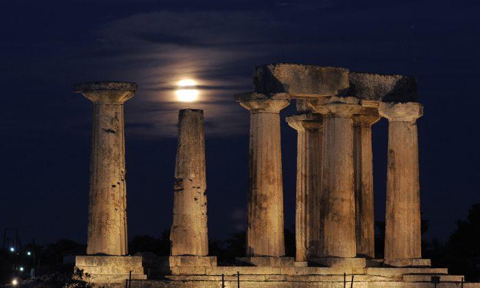 Una luna llena sale detrás del Templo de Apolo en la antigua Corinto el 21 de agosto de 2013. (Valerie Gache/AFP/Getty Images)