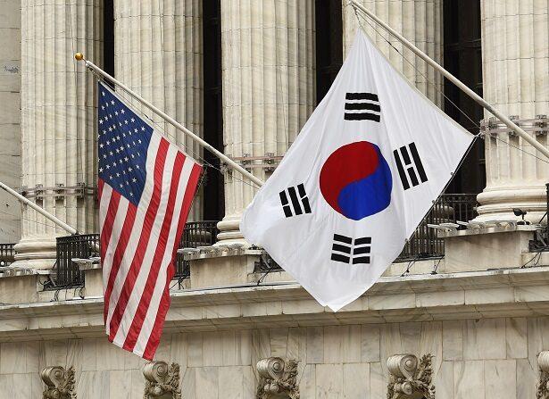 La bandera de Corea del Sur ondea con banderas de Estados Unidos fuera de la Bolsa de Valores de Nueva York el 13 de mayo de 2014 en Nueva York. (STAN HONDA/AFP vía Getty Images)