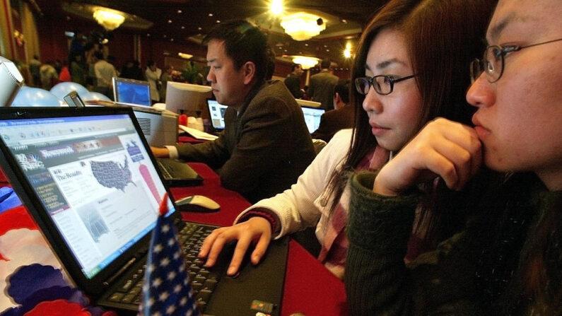 Estudiantes chinos siguen las elecciones presidenciales de EE.UU. a través de Internet en Beijing, el 3 de noviembre de 2004. /Frederic J. Brown/AFP via Getty Images)