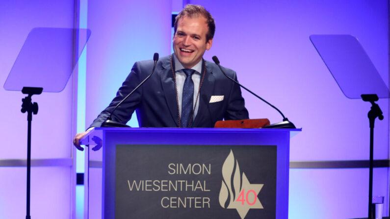 El reverendo Johnnie Moore habla en el escenario de la Cena Nacional de Homenaje 2017 del Centro Simon Wiesenthal en el Hotel Beverly Hilton en Beverly Hills, California, el 5 de abril de 2017. (Frederick M. Brown/Getty Images)