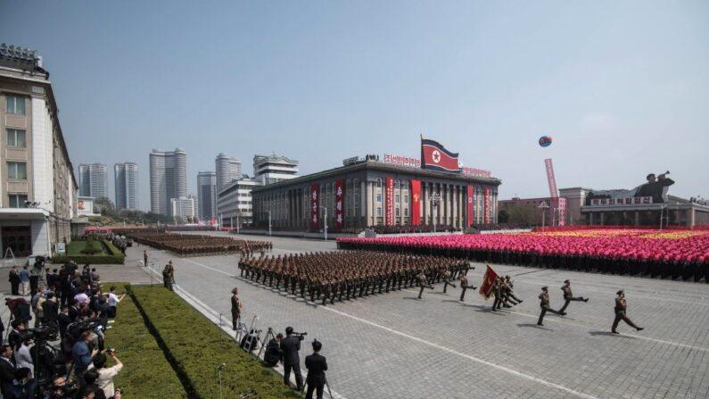 Soldados del Ejército Popular de Corea (KPA) marchan sobre la escuadra de Kim Il-Sung durante un desfile militar que marca el 105 aniversario del nacimiento del fallecido líder norcoreano Kim Il-Sung, en Pyongyang, el 15 de abril de 2017. (ED JONES/AFP a través de Getty Images)