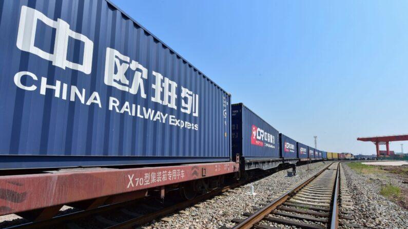 Un tren de mercancías que transporta contenedores cargados de mercancías desde Londres, llega a la estación del puerto ferroviario de Yiwu, en la provincia oriental china de Zhejiang, el 29 de abril de 2017. (STR/AFP vía Getty Images)