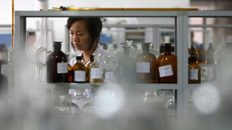 Personal en un laboratorio químico y de alimentos de la Oficina de Supervisión Técnica y de Calidad de Wenzhou, el 23 de septiembre de 2008, en Wenzhou, China. (China Photos/Getty Images)
