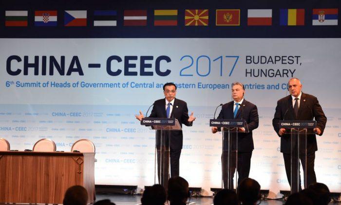 (I-D) El primer ministro chino, Li Keqiang, el primer ministro húngaro, Viktor Orban, y el primer ministro búlgaro, Boyko Borisov, hablan durante un foro económico en Budapest al que asistieron 16 líderes de Europa central y oriental el 27 de noviembre de 2017. (Attila Kisbenedek/AFP/Getty Images)