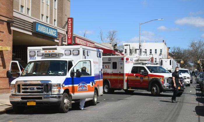 Ambulancias de Brooklyn en una foto de archivo, Nueva York, el 2 de abril de 2020.(Angela Weiss/AFP a través de Getty Images)