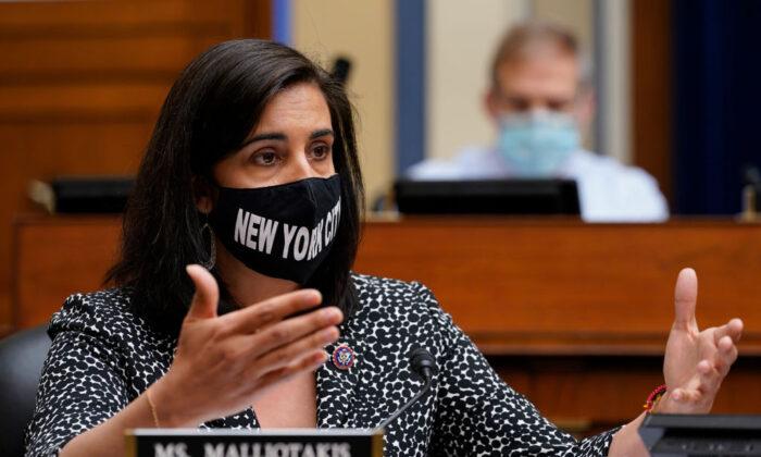 Representante Nicole Malliotakis (R-N.Y.) habla durante una audiencia del Subcomité Selecto de la Cámara de Representantes sobre la Crisis del Coronavirus en el Capitolio, en Washington, el 15 de abril de 2021. (Susan Walsh-Pool/Getty Images)