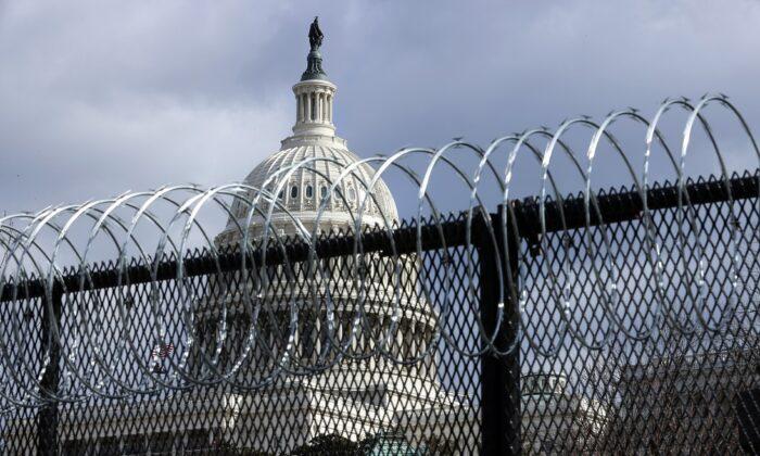 Una valla de acero de dos metros y medio de altura recubierta con alambre de púas en forma de espiral rodea el Capitolio de EE. UU., en Washington, el 29 de enero de 2021. (Chip Somodevilla/Getty Images)
