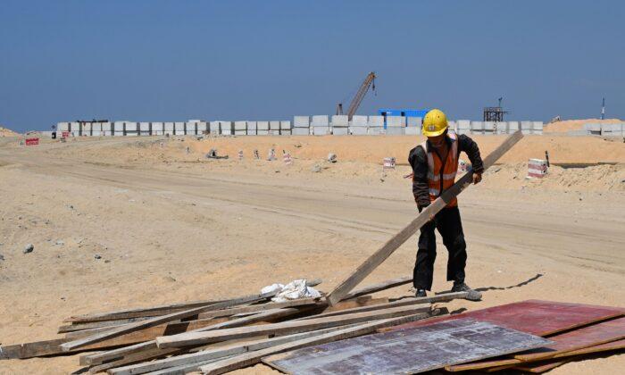 Un empleado chino trabaja en un sitio de construcción en tierras recuperadas, parte de un proyecto financiado por China para Port City, en Colombo, Sri Lanka, el 24 de febrero de 2020. (ISHARA S. KODIKARA/AFP a través de Getty Images)