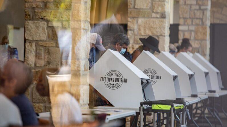 La gente emite su voto en un centro de votación en Austin, Texas, el 13 de octubre de 2020. (Sergio Flores/Getty Images)