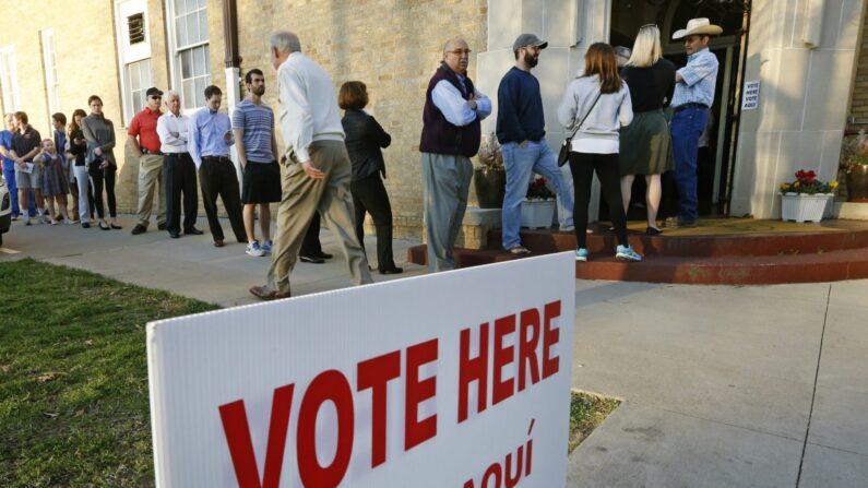 Los votantes hacen fila para emitir su voto en Fort Worth, Texas, en una foto de archivo. (Ron Jenkins/Getty Images)