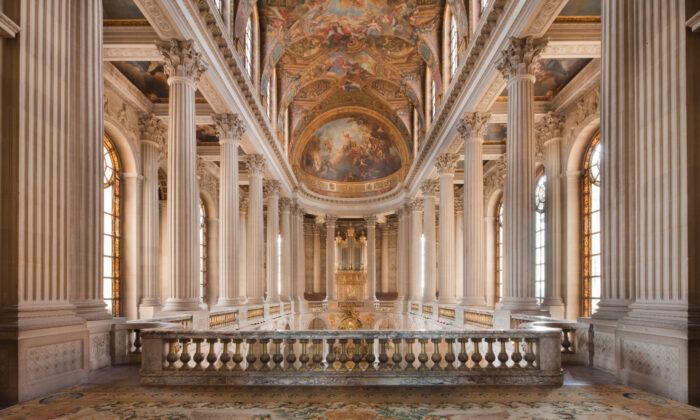 El rey y su familia se sentaban en el centro del nivel superior de la capilla, mientras que las damas de la corte se sentaban en las galerías laterales. El resto de la corte y el público se sentaban en la planta inferior. (Thomas Garnier/Château de Versailles)