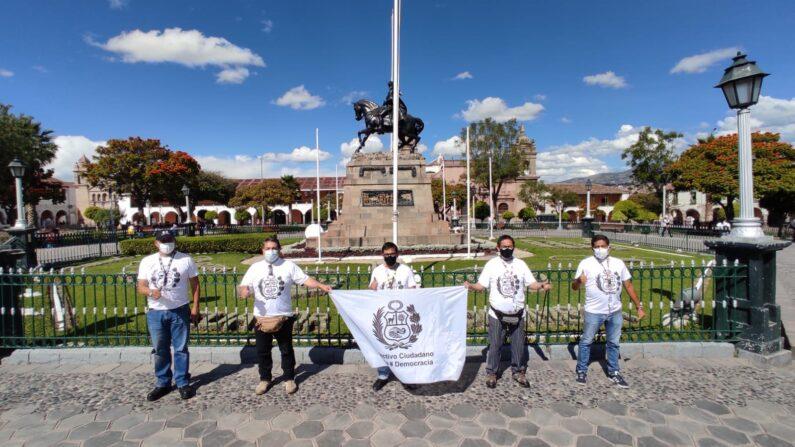 El Colectivo Ciudadano por la Democracia en la Plaza de Armas de Sucre, en Ayacucho, Perú. (Cortesía de Andrés Capelletti)