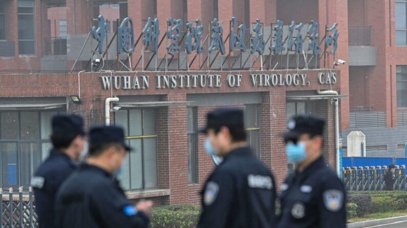 Personal de seguridad hace guardia fuera del Instituto de Virología de Wuhan, en Wuhan, China, mientras los miembros del equipo de la Organización Mundial de la Salud (OMS), que investigan los orígenes de COVID-19, hacen una visita, el 3 de febrero de 2021. (Hector Retamal/AFP vía Getty Images)