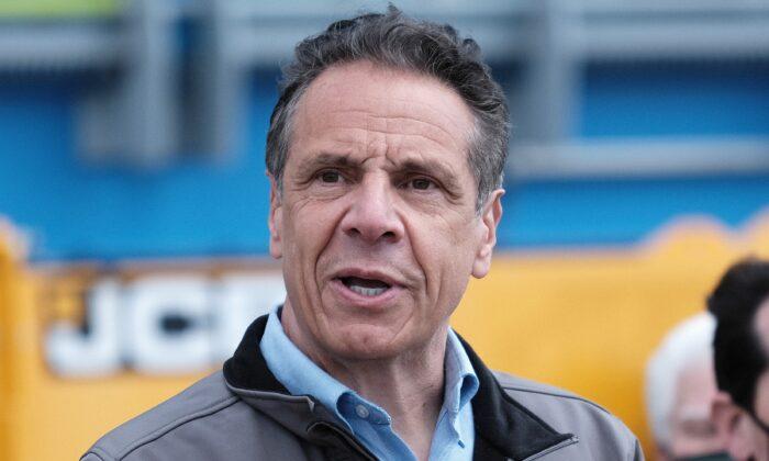 El gobernador de Nueva York, Andrew Cuomo, habla en una conferencia de prensa en East Rockaway, N.Y., el 22 de abril de 2021. (Spencer Platt/Getty Images)