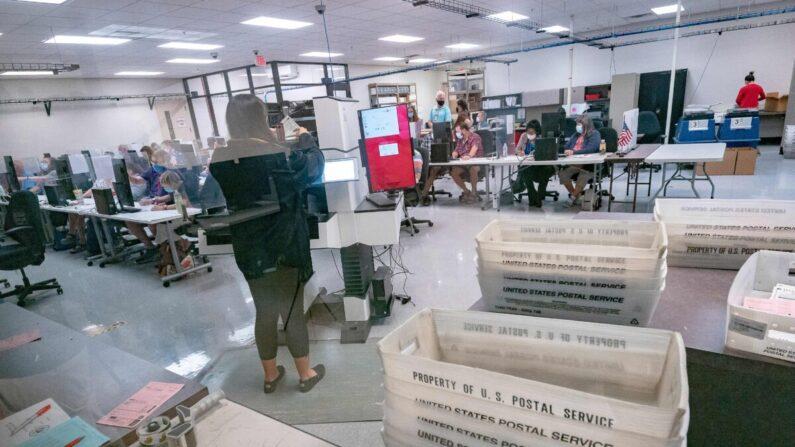 Trabajadores electorales cuentan las papeletas dentro del Departamento Electoral del Condado de Maricopa en Phoenix, Arizona, el 5 de noviembre de 2020. (Olivier Touron/AFP vía Getty Images)