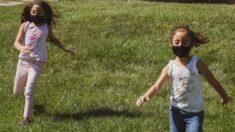 Directora de CDC defiende guía para campamentos: Niños que jueguen al aire libre deben usar mascarilla