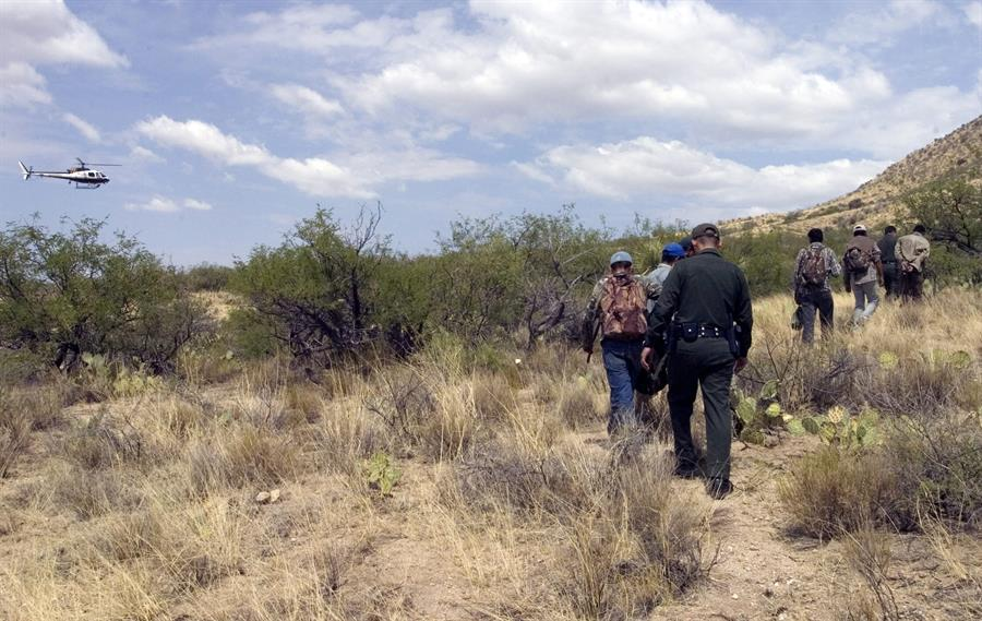 """Patrulla Fronteriza y cónsules urgen a migrantes no cruzar el """"letal"""" desierto de Arizona"""