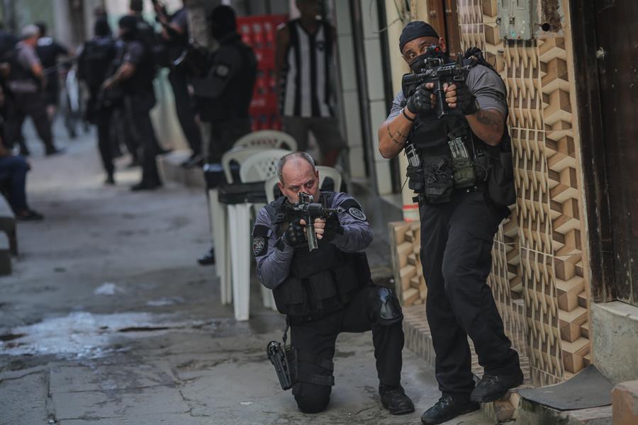 Operativo policial deja 25 muertos en favela brasileña y heridos en el metro