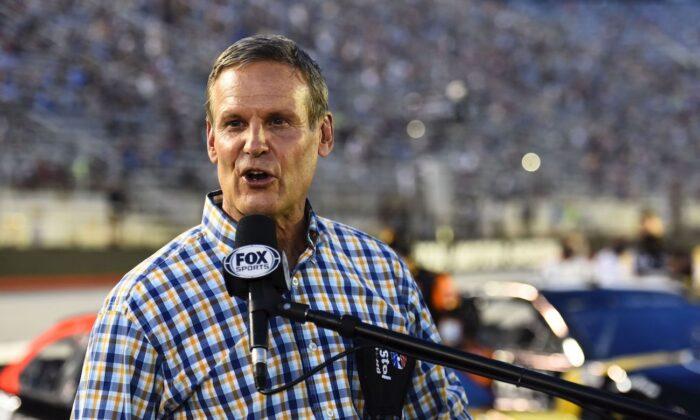 El gobernador de Tennessee, Bill Lee, da la orden de encender los motores antes de la carrera All-Star de la NASCAR Cup Series, en el Bristol Motor Speedway, en Bristol, Tennessee, el 15 de julio de 2020 (Jared C. Tilton/Getty Images)
