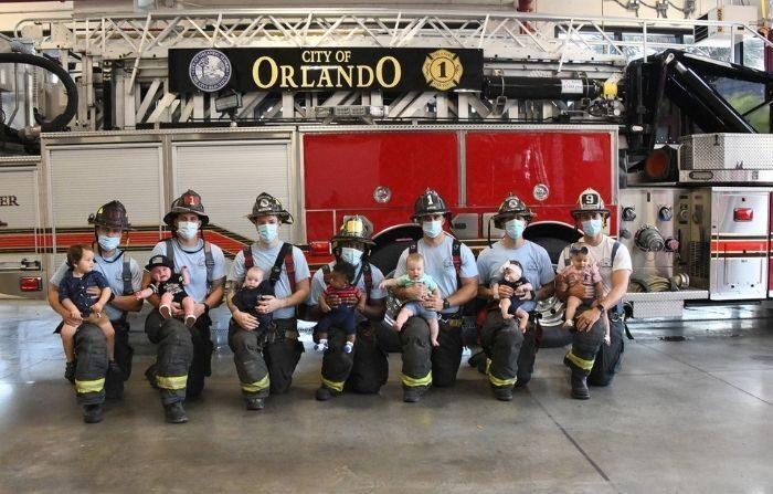 Los siete bomberos del Departamento de Bomberos junto a sus bebés. (Cortesía del Departamento de Bomberos de Orlando)