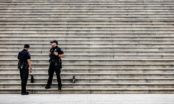Los oficiales de policía del Capitolio se paran al pie de los escalones de la Rotonda en el edificio del Capitolio de EE. UU., en Capitol Hill en Washington, D.C. el 29 de abril de 2021. (Samuel Corum/AFP a través de Getty Images)