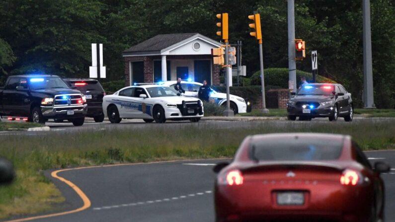 Se ven autos de policía fuera de la puerta de la sede de la CIA luego de un intento de intrusión ese mismo día en Langley, Virginia, el 3 de mayo de 2021. (Olivier Douliery/AFP a través de Getty Images)