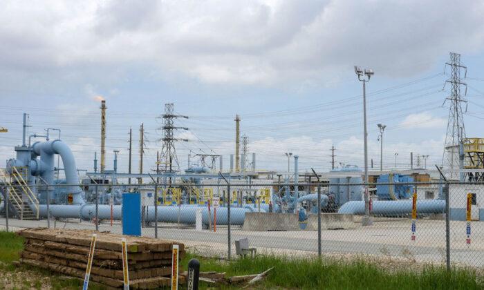 Imagen que muestra las instalaciones de la estación de Houston de Colonial Pipeline en Pasadena, Texas, el 10 de mayo de 2021. (Francois Picard/AFP vía Getty Images)