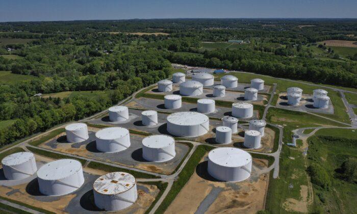 Vista aérea de tanques de almacenamiento de combustible en la estación Dorsey Junction de Colonial Pipeline en Washington el 13 de mayo de 2021. (Drew Angerer/Getty Images)