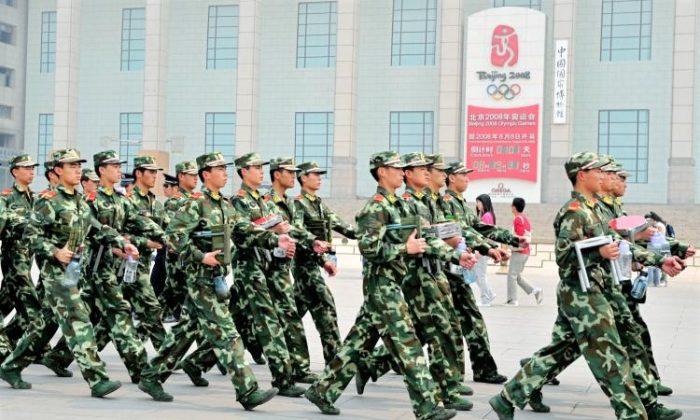 Policías paramilitares chinos patrullan más allá del reloj de cuenta regresiva de los Juegos Olímpicos de Beijing, en el borde de la Plaza de Tiananmen, en Beijing, el 29 de abril de 2008. Antes de los Juegos Olímpicos, el régimen chino tomó medidas enérgicas contra grupos considerados disidentes. (Teh Eng Koon/AFP/GETTY IMAGES)