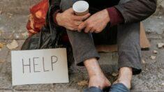 Hombre sin hogar es contratado por gerente de restaurante en el que dormía afuera