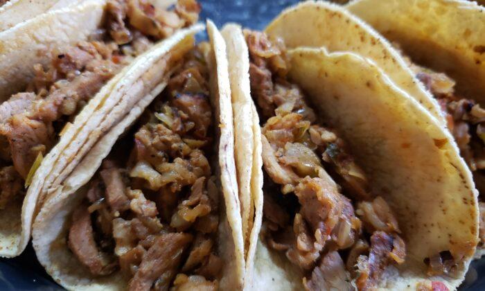 Celebre el Cinco de Mayo con estos tacos de cerdo marinado con cítricos, servidos con guacamole, crema agria y salsa. (Dreamstime/TNS)
