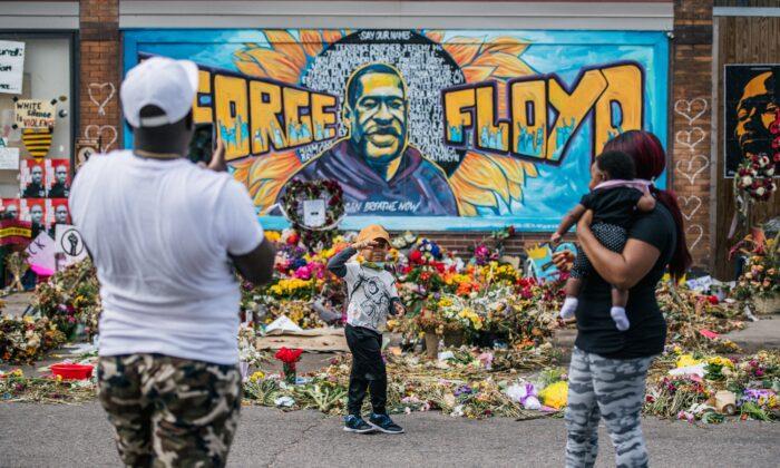 Una familia toma fotos frente a un mural de George Floyd en Minneapolis, Minnesota, el 28 de mayo de 2020. (Brandon Bell/Getty Images)