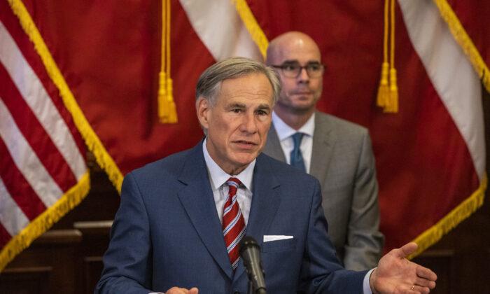 El gobernador de Texas, Greg Abbott, anuncia la reapertura de más negocios de Texas durante la pandemia de COVID-19 en una conferencia de prensa en el Capitolio del Estado de Texas en Austin, Texas, el 18 de mayo de 2020. (Lynda M. Gonzalez-Pool/Getty Images)