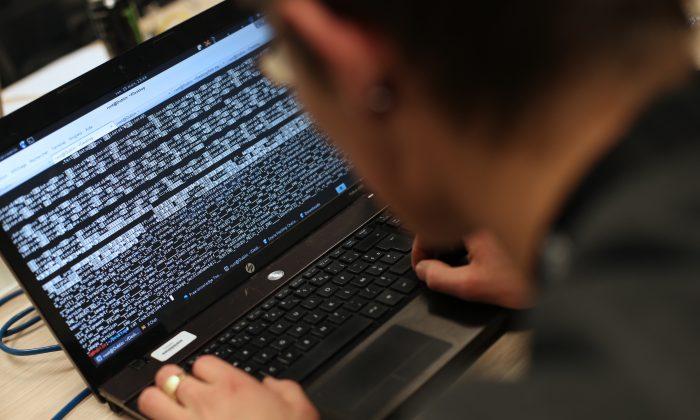 Estudiante de una escuela de ingeniería asiste a la primera edición del Steria Hacking Challenge, en Meudon, al oeste de París, el 16 de marzo de 2013. (Thomas Samson/AFP/Getty Images)