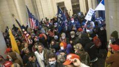 """Video muestra a sospechosos de irrupción al Capitolio diciendo a otros: """"Esto tiene que ser pacífico"""""""