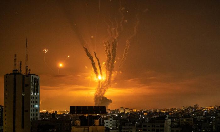 Cohetes lanzados hacia Israel desde el norte de la Franja de Gaza, en la ciudad de Gaza, el 14 de mayo de 2021. (Fatima Shbair/Getty Images)